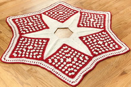 Monday's Find - Crochet Christmas Tree Skirt Pattern - Petals To Picot @countrywillow12